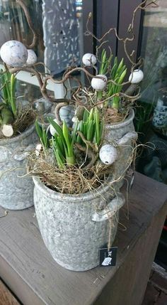 Natural decoration with daffodils for Easter Easter Holidays, Happy Holidays, Easter Crafts, Holiday Crafts, Decoration Table, Happy Easter, Floral Arrangements, Diy And Crafts, Crafty