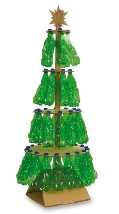 Arbre de nadal amb cartró i ampolles de plàstic verdes.