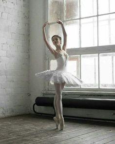 Bilderesultat for ballet dancer Ballet Art, Ballet Dancers, Ballerinas, Bolshoi Ballet, Ballet Pictures, Dance Pictures, Misty Copeland, Dance Poses, Yoga Poses