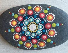 Piedra de mandala de pintado a mano por LoveTheDotShop en Etsy