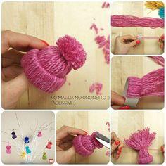 Idea geniale e veloce da realizzare: i mini cappellini in lana fatti avvolgendo del filato attorno a un cerchietto dei tubi di cartone (c'è bisogno che lo scrivo che penso che questa donna sia un geni