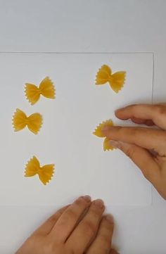Wonderful greeting card made with noodles Noodles, Card Making, Greeting Cards, Butterfly, Tutorials, Diy, Macaroni, Bricolage, Do It Yourself