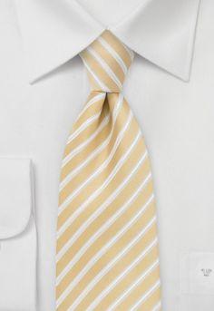 De una manera muy elegante aparecen las rayas blancas en esta corbata rayada amarillo pastel. La corbata está hecha a mano. http://www.corbata.org/corbata-amarillo-pastel-rayada-p-15002.html