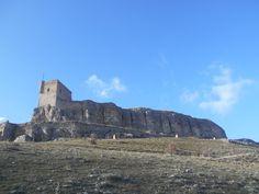 El Castillo desde la estación meteorológica. Se confunden muralla y roca natural. Se entiende que fuera considerado casi inexpugnable.