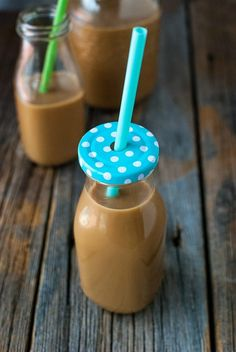 Save money by making this easy homemade Copy Cat Starbucks Frappuccino Recipe at home! So easy to make and a great copycat coffee drink and sweet treat! Starbucks Frappuccino Recipe At Home, Caramel Frappuccino, Homemade Frappuccino, Starbucks Recipes, Starbucks Drinks, Starbucks Strawberry, Starbucks Vanilla, Starbucks Caramel, Caramel Coffee Creamer Recipe
