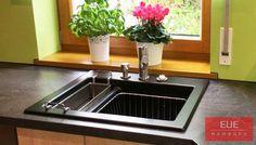 Villeroy und Boch Keramikspüle Subway 60 XM. Hohe Qualität in schwarz matt Ebony mit Geschirrkorb und Siebkorb. Leichtes und schnelles Reinigen bei geringster Umweltbesastung. Beratung, Information und Verkauf über EUE Hamburg.