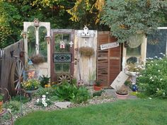 Diy Privacy Fence, Diy Garden Fence, Garden Doors, Pallets Garden, Lawn And Garden, Garden Art, Old Door Decor, Small Yard Landscaping, Corner Garden