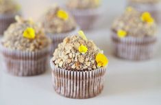 Bananmuffins med karamelliseret chokoladesmørcreme og ristet hasselnødder Julie Jensen, Donuts, Glaze, Muffins, Chocolate, Breakfast, Brownies, Frost Donuts, Enamel