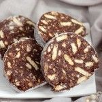 Biscuits salami This is actually a cake and no there is no meat Romanian Desserts, Romanian Food, Romanian Recipes, Sweets Recipes, Easy Desserts, Cookie Recipes, Yummy Treats, Yummy Food, Dark Chocolate Cakes