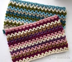 Free pattern to make this quick striped crochet cowl! Cute and easy!