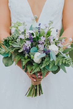 Boda Boho Chic Illinois Farm presentada en The Budget Savvy Bride - Arreglo De Jardín Diy Wedding Bouquet, Diy Wedding Flowers, Wedding Flower Arrangements, Floral Wedding, Bridal Bouquets, Wedding Dress, Rustic Wedding Signs, Farm Wedding, Wedding Day