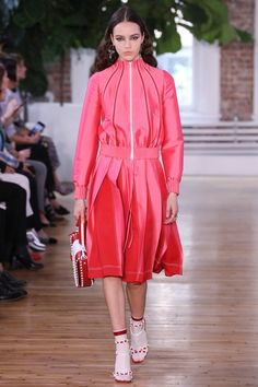 See the complete Valentino Resort 2018 collection.