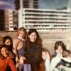 Jovencísima, con Grisel en brazos. Todas las primas juntas... yo soy la que está de espaldas.