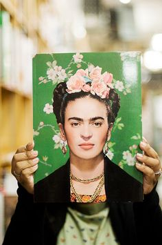 Read about Frida Kahlo with information on such things as artistic styles and her relationship with Diego Rivera. Diego Rivera, Frida E Diego, Frida Art, Frida Kahlo Artwork, Nickolas Muray, Selma Hayek, Montage Photo, Mexican Artists, Art Plastique