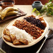 Venezuelan Shredded Beef (Pabellon Criollo) Comfort food at it's finest! A great addition to your holiday meal is this Venezuelan Shredded Beef (Pabellon Criollo) dish. Drooling allowed and encouraged! Mexican Food Recipes, Beef Recipes, Cooking Recipes, Ethnic Recipes, Latin American Food, Latin Food, Goya Recipe, Venezuelan Food, Venezuelan Recipes