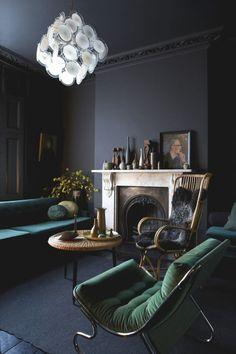gris-anthracite-murs-plafonds-meubles-foncés-salon-classique