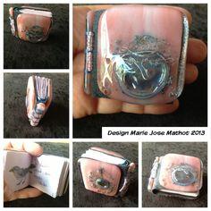 Mini glasboekje, voorzijde is een vogeltje op een tak, met een glazen ei eronder. Metaaldraad en bellenpoeder tussen bullseye glas. Handgebonden, handgeschreven (kinderverhaal over bellenpoeder ei) en handgescheurd. Roze bladzijden.