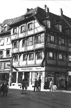 Zigarrenhaus Freytag 1930er - Bild des Zigarrenhaus Freytag am Bertoldsbrunnen aus der Zeit um 1930. Eines der wenigen Fachwerkhäuser das es in Freiburg gab. Leider wurde das Haus im Krieg vollständig zerstört.   /*  */