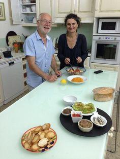 Nadine et Jean-Yves qui préparent une table d'hôtes aux saveurs du Sud. Ils ont dit à Jérôme qu'ils feraient simple ce soir mais quel délice...