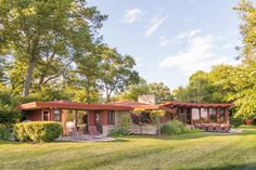 Beautiful MCM home. Russell Barr Williamson, an associate of Frank Lloyd Wright, designed the home in 1954 Mid Century House, Mid Century Style, Haus Am See, Built In Furniture, Lakefront Homes, Terracota, Modern House Design, Midcentury Modern, Danish Modern