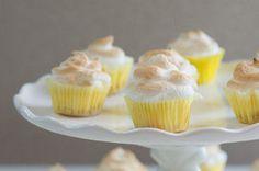 Mi-gâteaux au fromage et mi-tartes au citron meringuées, ces petits gâteaux réunissent le meilleur des deux desserts sous forme de bouchées délicieusement acidulées.