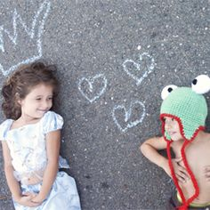 Make this frog hat for this cold season and play dress up with your little one.