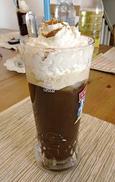 Dopředu uvařená a pak dobře vychlazená káva servírovaná se zmrzlinou, ozdobená šlehačkou.