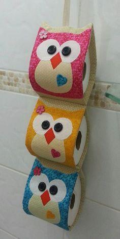 Porta papel higiênico corujinha confeccionado em tricoline 100% algodão, com 03 repartições <br>Confeccionada nas cores de sua preferência: