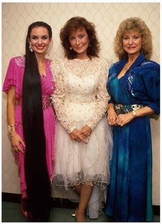 So much greatness in one photo! The Webb Sisters: Loretta Lynn, Crystal Gayle and Peggy Sue Country Western Singers, Country Musicians, Country Music Artists, Loretta Lynn, Best Country Music, Country Music Stars, Country Women, Country Girls, Celebrity Siblings