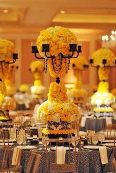 Centro de mesa alto en amarillo y negro.