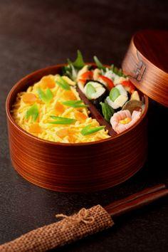 日本人のごはん/お弁当: 散らし寿司弁当; 薄焼き卵, 人参, お豆 Japanese Chirashi-Sushi Bento Lunch (Shredded Egg Crepes over Rice, Topped with Carrots and Snow Peas)|弁当