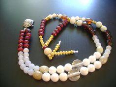 Collier mâlâ Bois Tortue Perles de bois, perles blanches de nacre reconstituée de Bali, perles agate craquelée, perles de verre indiennes, perles vortex argentées, perles dorées, pendentif argenté Tortue. Pièce unique disponible à la vente.