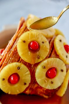 This Old-Fashioned Holiday Ham is the perfect Baked Ham Recipe. Spiral sliced ham glazed with brown sugar and pineapple juice, and decorated with colorful pineapple slices and cherries. Baked Ham Recipe You won't believe Pineapple Ham Crockpot, Pinapple Ham, Baked Ham With Pineapple, Pineapple Glaze, Pineapple Slices, Pineapple Recipes, Apple Recipes Dinner, Ham Recipes, Holiday Recipes