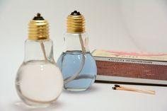 Ces lampes à huile unique sont faites sous la forme dampoules, mais avec lavantage dêtre debout avec les bases plates et construction en verre à paroi plus forte. Leurs sommets peuvent être dévissés facilement pour le remplissage.    Parce que chaque article est individuellement fabriqué à la main, il peut avoir de légères variations de la lampe à avec chaque unité vendue.  Nous prenons beaucoup de fierté dans la production de lampes de haute qualité et leur emballage avec beaucoup de soin…