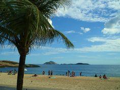 Céu azul e praia, realidade da vida na cidade.