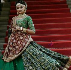 Indian Bridal Hairstyles Perfect for Your Wedding 4 Bridal Hairstyles for the Es who Want to Ditch their Crown Indian Wedding Gowns, Indian Bridal Lehenga, Indian Bridal Outfits, Indian Bridal Fashion, Indian Bridal Wear, Indian Designer Outfits, Indian Dresses, Indian Weddings, Gujarati Wedding