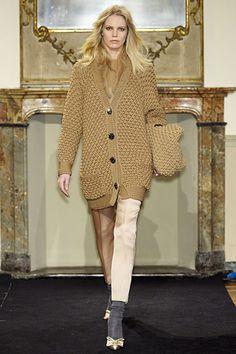 Стильный кардиган спицами свободного силуэта. Удлиненный жакет бежевого цвета с накладными карманами дополнит ваш модный вязаный гардероб.