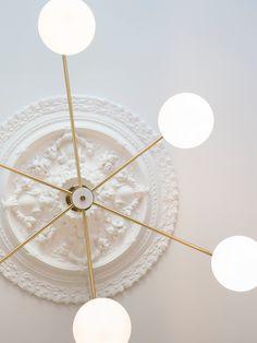 Spesiallaget messinglampe Lord, fra RUBN, med seks opale glasskupler. (For bestilling kontakt kundeservice@oslodeco.no)