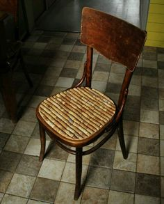 Need a clever way to fix the seat of your broken chair?? What about replacing the seat with wine corks!!