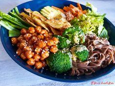 Mísa plná dobrot :o) Která se dá neustále měnit podle oblíbené zeleniny :o) Buddha Bowl, Tahini, Chana Masala, Quinoa, Ethnic Recipes, Food, Essen, Meals, Yemek