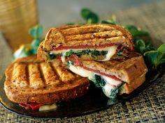 Découvrez la recette Croque-monsieur au fromage à raclette sur cuisineactuelle.fr.
