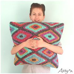 KLIK HIER VOOR NEDERLANDS Today I will share my Diamond Motif pattern! I made this cushion and pillow with it and am still playing with it. The cushion is made with Velvet Color Crafterby Scheepjes