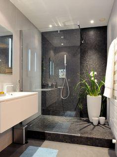 Bellissimo bagno contemporaneo moderno rivestito con  mosaico colore nero e grandi piastrelle di gres porcellanato