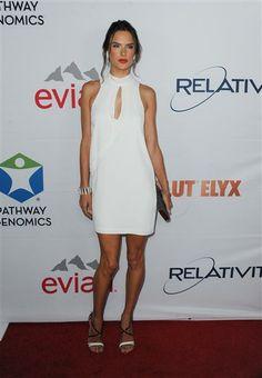 #AlessandraAmbrosio asistió muy guapa al evento Pathway to the Cure Benefit con un vestido #blanco holgado.  http://on-msn.com/1s97C3C