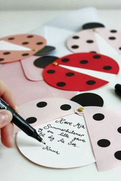 DIY ladybug party invites (via Marie Marie Morolle). - Miriam Make Up-Hair - DIY ladybug party invites (via Marie Marie Morolle). DIY ladybug party invites (via Marie Marie Morolle). Kids Crafts, Diy And Crafts, Craft Projects, Diy Paper, Paper Crafting, Paper Folding Crafts, San Valentin Ideas, Tarjetas Diy, Diy Cards