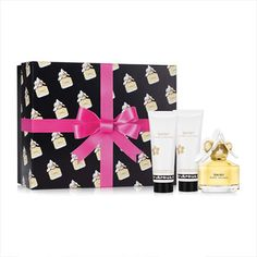 Marc Jacobs Daisy Gift Set EDT 50ml Includes Marc Jacobs Daisy EDT 50ml, Bodylotion 75ml and Showergel 75ml Marc Jacobs Daisy is an enchanting fragrance that brings alive a youthful playfulness and the elegant woman within. Marc Jacobs  http://www.MightGet.com/february-2017-2/marc-jacobs-daisy-gift-set-edt-50ml.asp