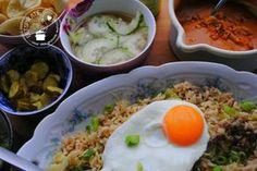Nasi goreng hoe maak je dat zonder pakjes of zakjes? Dat is makkelijker dan je denkt! Kijk hier voor een lekker en makkelijk recept. Asian Recipes, Keto Recipes, Healthy Recipes, Ethnic Recipes, Nasi Goreng, Multicooker, Indonesian Food, Easy Cooking, Spicy