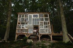 Uma casa feita à mão com $500 e janelas usadas - Somente Coisas Legais