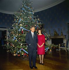 White House Christmas, 1961 (JFK Library) John F Kennedy and Jackie Kennedy Christmas History, Christmas Past, Christmas Photos, Vintage Christmas, Christmas Things, Les Kennedy, Jacqueline Kennedy Onassis, John F Kennedy, Jaqueline Kennedy