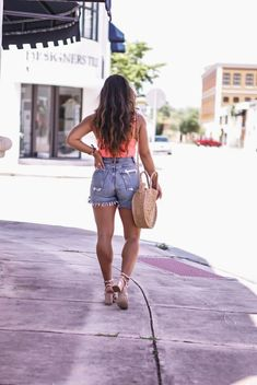Miami blogger krista perez trägt nordstrom coral pink bodysuit und agolde denim shorts via. Curvy Outfits, Short Outfits, Casual Outfits, Fashion Outfits, Miami Outfits, Spring Summer Fashion, Spring Outfits, Neue Outfits, Summer Lookbook